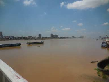 トンレサップが赤くなってますね。メコン川相当増水している証拠です